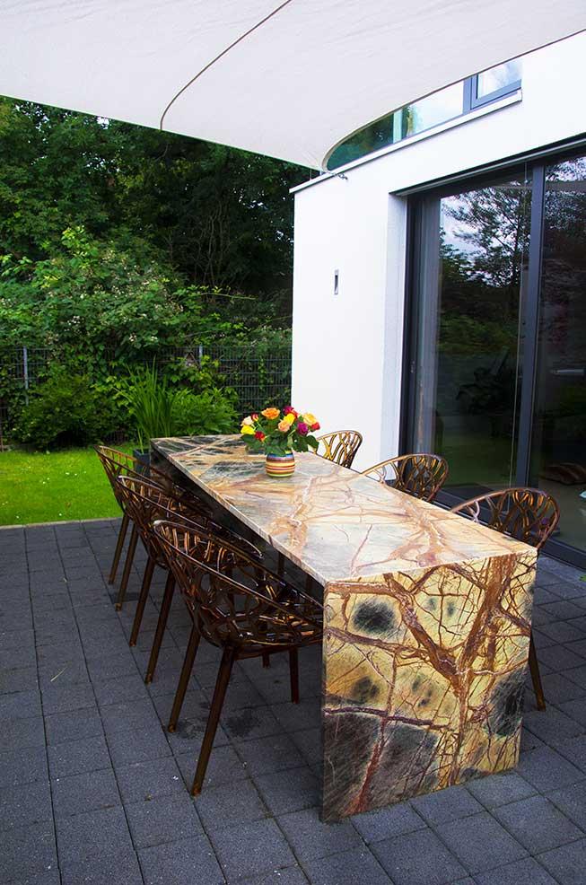 Wundersch ner naturstein tisch aus rainforest brown als for Naturstein tisch